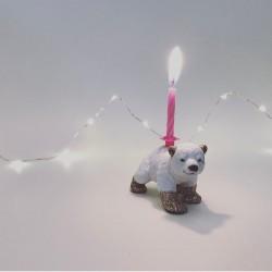 Isbjørn baby lysholder som caketopper til fødselsdagskage
