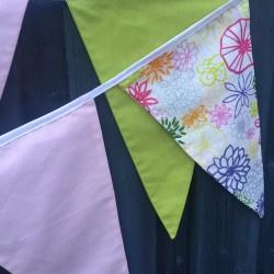 Håndlavet stofvimpel i grønne lyserøde og blomstede toner