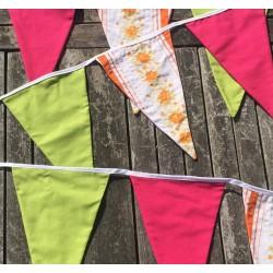 Håndlavet stofvimpel i pink, grøn og orange blomster