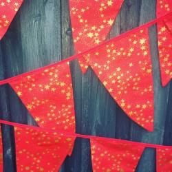 Håndlavet julevimpel i rød og med guld stjerner