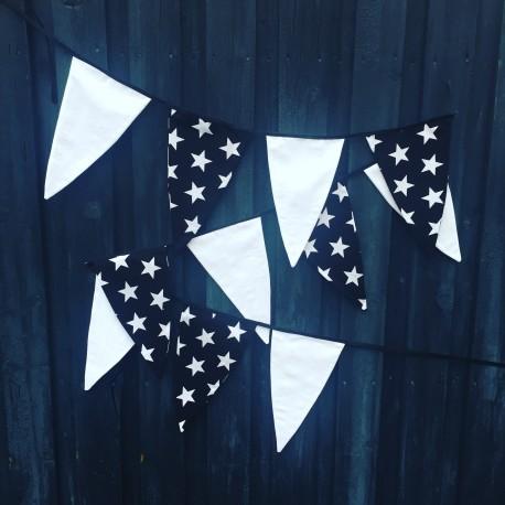 Håndlavet vimpel i hvid og sort med hvide stjerner